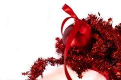 Κόκκινη σφαίρα Χριστουγέννων σε μια άσπρη ανασκόπηση στοκ φωτογραφία