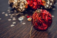 Κόκκινη σφαίρα Χριστουγέννων στο υπόβαθρο bokeh των διακοσμήσεων Χριστουγέννων Στοκ Φωτογραφίες