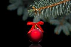 Κόκκινη σφαίρα Χριστουγέννων Στοκ εικόνα με δικαίωμα ελεύθερης χρήσης