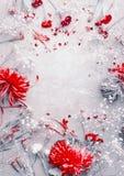Κόκκινη σύνθεση λουλουδιών στο ανοικτό γκρι υπόβαθρο, τοπ άποψη, πλαίσιο Το Floral σχεδιάγραμμα, επίπεδο βάζει στοκ φωτογραφία