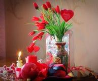 Κόκκινη σύνθεση με τις καρδιές, λουλούδια, αγάπη Στοκ Εικόνες