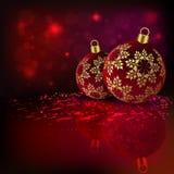 Κόκκινη σύνθεση Χριστουγέννων με δύο σφαίρες με χρυσά snowflakes ελεύθερη απεικόνιση δικαιώματος
