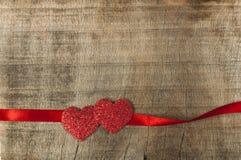 Κόκκινη ταινία κορδελλών και δύο καρδιές Στοκ εικόνες με δικαίωμα ελεύθερης χρήσης