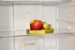Κόκκινη ταινία μήλων και μέτρου στο ψυγείο Στοκ εικόνες με δικαίωμα ελεύθερης χρήσης
