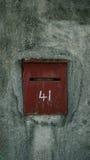 Κόκκινη ταχυδρομική θυρίδα με το πράσινους υπόβαθρο και τον αριθμό 41 Στοκ Εικόνα
