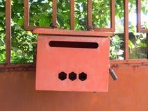 Κόκκινη ταχυδρομική θυρίδα σιδήρου στην αρχική σελίδα Στοκ φωτογραφίες με δικαίωμα ελεύθερης χρήσης