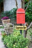 Κόκκινη ταχυδρομική θυρίδα στον κήπο Στοκ φωτογραφία με δικαίωμα ελεύθερης χρήσης