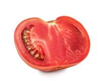 Κόκκινη τεμαχισμένη ντομάτα που απομονώνεται σε ένα άσπρο υπόβαθρο, κινηματογράφηση σε πρώτο πλάνο Μια φρέσκια ντομάτα περικοπών, Στοκ εικόνες με δικαίωμα ελεύθερης χρήσης