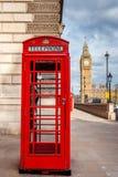 Κόκκινη τηλεφωνική καμπίνα του Λονδίνου Στοκ φωτογραφία με δικαίωμα ελεύθερης χρήσης
