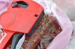 Κόκκινη τιμή ετικετών στα τρόφιμα γατών στην τσάντα σάκων Στοκ Φωτογραφίες