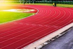 Κόκκινη τρέχοντας διαδρομή στο στάδιο, τρέχοντας διαδρομή Στοκ Εικόνες