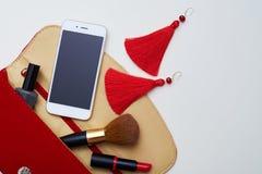 Κόκκινη τσάντα καλλυντικών πέρα από το επίπεδο άσπρο σχεδιάγραμμα Στοκ εικόνα με δικαίωμα ελεύθερης χρήσης