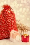Κόκκινη τσάντα με τα παιχνίδια Χριστουγέννων Στοκ Φωτογραφίες