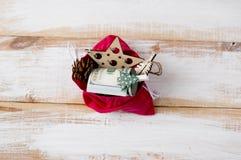 Κόκκινη τσάντα με τους λογαριασμούς εκατό δολαρίων και τα παιχνίδια Χριστουγέννων Στοκ εικόνες με δικαίωμα ελεύθερης χρήσης