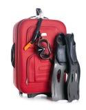 Κόκκινη τσάντα ταξιδιού που απομονώνεται στον εξοπλισμό λευκού και κατάδυσης Στοκ εικόνες με δικαίωμα ελεύθερης χρήσης