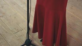 Κόκκινη φούστα του αοιδού τζαζ που αποδίδει στη σκηνή στο μικρόφωνο χορός μουσική φιλμ μικρού μήκους
