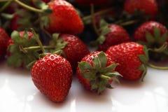 Κόκκινη φράουλα μούρων που απομονώνεται στο άσπρο υπόβαθρο Στοκ εικόνα με δικαίωμα ελεύθερης χρήσης