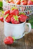 Κόκκινη φράουλα μούρων στην κούπα μετάλλων στο παλαιό αγροτικό ξύλινο υπόβαθρο Υπόβαθρο από τις πρόσφατα συγκομισμένες φράουλες Στοκ Εικόνα
