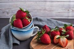 Κόκκινη φράουλα μούρων στις κεραμικές κούπες Στοκ φωτογραφία με δικαίωμα ελεύθερης χρήσης