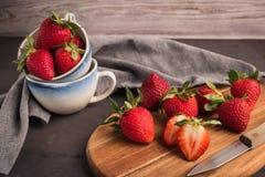 Κόκκινη φράουλα μούρων στις κεραμικές κούπες Στοκ Φωτογραφία