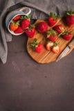 Κόκκινη φράουλα μούρων στις κεραμικές κούπες Στοκ Εικόνα