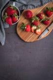 Κόκκινη φράουλα μούρων στις κεραμικές κούπες Στοκ εικόνα με δικαίωμα ελεύθερης χρήσης