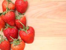 Κόκκινη φράουλα μούρων στο καφετί αγροτικό ξύλινο υπόβαθρο Backgrou Στοκ φωτογραφίες με δικαίωμα ελεύθερης χρήσης