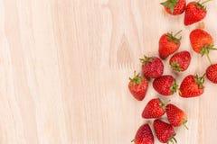 Κόκκινη φράουλα μούρων στο ξύλινο υπόβαθρο Τοπ όψη διάστημα αντιγράφων Στοκ Φωτογραφία