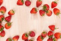 Κόκκινη φράουλα μούρων στο ξύλινο υπόβαθρο Τοπ όψη διάστημα αντιγράφων Στοκ εικόνες με δικαίωμα ελεύθερης χρήσης