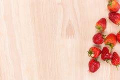 Κόκκινη φράουλα μούρων στο ξύλινο υπόβαθρο Τοπ όψη διάστημα αντιγράφων Στοκ Εικόνες