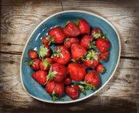 Κόκκινη φράουλα μούρων στο ξύλινο υπόβαθρο Στοκ Φωτογραφία