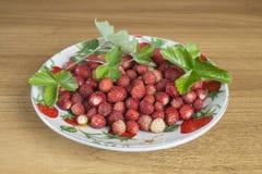 Κόκκινη φράουλα στο πιάτο στον πίνακα Στοκ Εικόνες