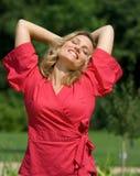 κόκκινη χαλαρωμένη γυναίκ&al Στοκ Φωτογραφία