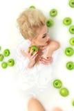 Κόκκινη χειλική χαλάρωση γυναικών μόδας προκλητική milk bath spa με Στοκ εικόνα με δικαίωμα ελεύθερης χρήσης