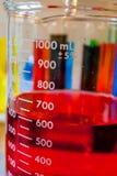 Κόκκινη χημική ουσία σε μια κούπα ακρίβειας στοκ εικόνες με δικαίωμα ελεύθερης χρήσης