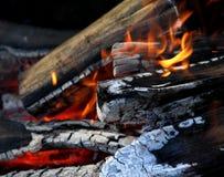 Κόκκινη χοβόλεων και φλογών πυρκαγιάς κινηματογραφήσεων σε πρώτο πλάνο φωτογραφία αποθεμάτων δικαιώματος ελεύθερη Στοκ Φωτογραφία