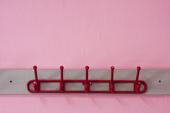 Κόκκινη χρωματισμένη κρεμάστρα υφασμάτων Στοκ Φωτογραφίες