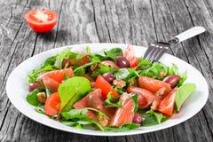 Κόκκινη healty σαλάτα ψαριών στο άσπρο πιάτο Στοκ φωτογραφία με δικαίωμα ελεύθερης χρήσης