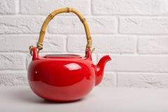 Κόκκινη teapot κινηματογράφηση σε πρώτο πλάνο στον πίνακα στοκ φωτογραφία