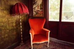 Κόκκινοι λαμπτήρας και καρέκλα σε ένα πράσινο δωμάτιο Στοκ Εικόνες