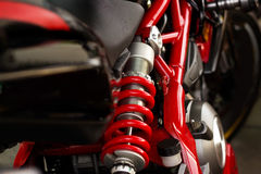 Κόκκινοι απορροφητή κλονισμού και μοτοσικλέτα πλαισίων Στοκ Εικόνα