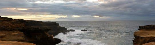 Κόκκινοι απότομοι βράχοι γρανίτη στο ηλιοβασίλεμα, κύματα που σπάζουν το πανόραμα ακτών, ωκεανών και εδάφους Στοκ φωτογραφία με δικαίωμα ελεύθερης χρήσης