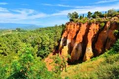 Κόκκινοι απότομοι βράχοι ocher κοντά σε Rousillon, Προβηγκία, Γαλλία Στοκ εικόνες με δικαίωμα ελεύθερης χρήσης
