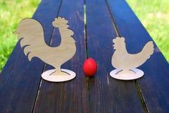 Κόκκινοι αυγό, κοτόπουλο και κόκκορας Στοκ Εικόνες