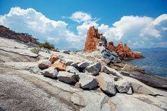 Κόκκινοι βράχοι και τυρκουάζ νερό Arbatax, Σαρδηνία Στοκ Εικόνες