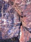 Κόκκινοι βράχοι πετρών με μια μπλε απόχρωση στοκ φωτογραφία με δικαίωμα ελεύθερης χρήσης