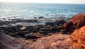 Κόκκινοι βράχοι που αγνοούν τον Ινδικό Ωκεανό Στοκ εικόνα με δικαίωμα ελεύθερης χρήσης