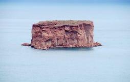 Κόκκινοι βράχοι στη λίμνη κοντά στη EL Chocon, Neuquen Στοκ Φωτογραφίες