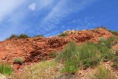 Κόκκινοι βράχος και ουρανός στοκ εικόνες με δικαίωμα ελεύθερης χρήσης