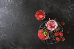 Κόκκινοι κοκτέιλ ή καταφερτζήδες φρούτων Στοκ Φωτογραφία
